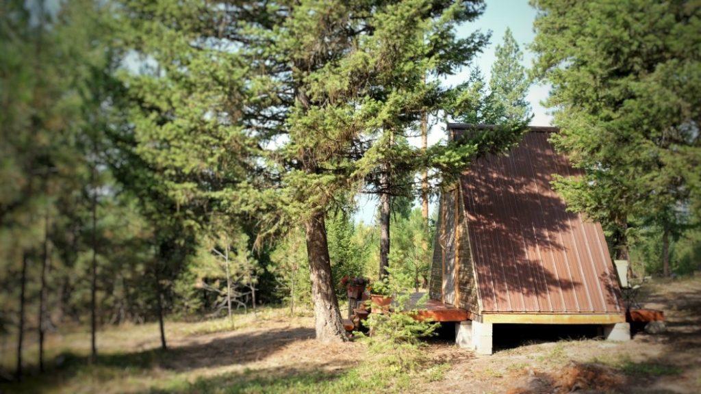 telhado do chalé de madeira barato feito em chapas de aço