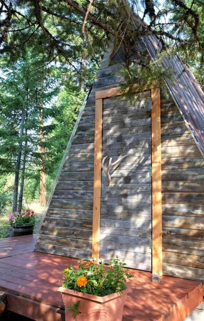 porta principal do chalé de madeira barato
