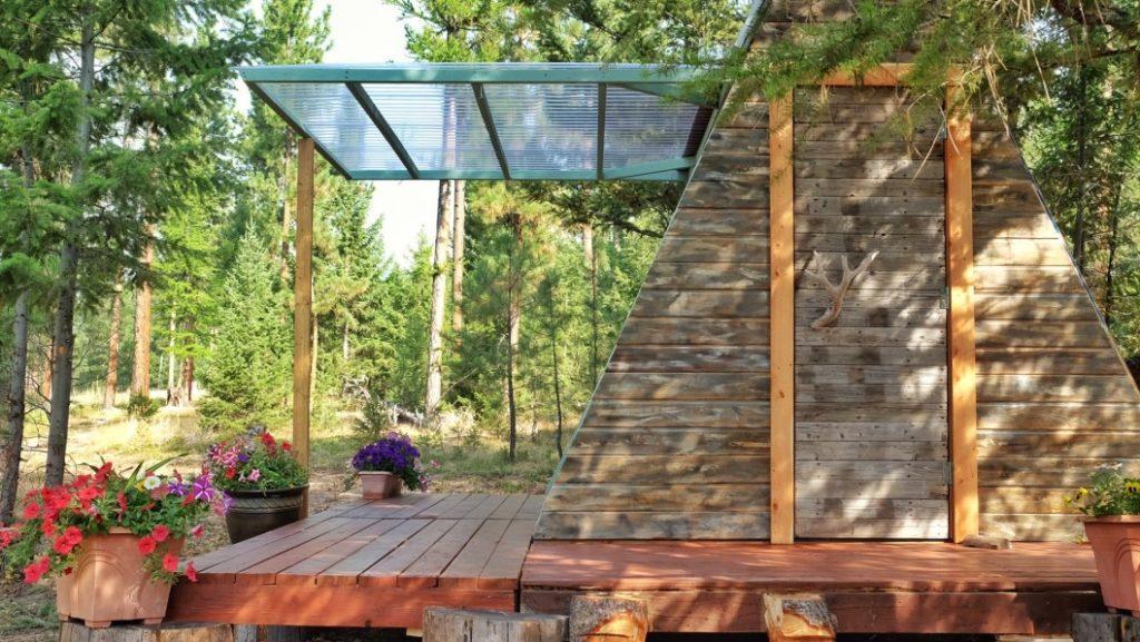 chalé de madeira com porta teto aberto lateralmente