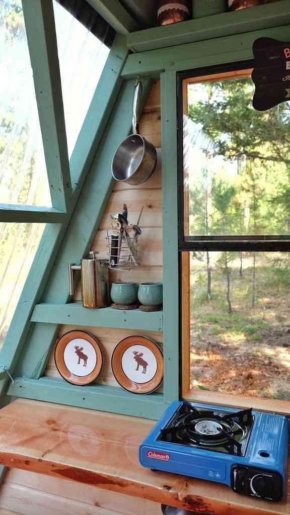 interior do chalé de madeira cozinha