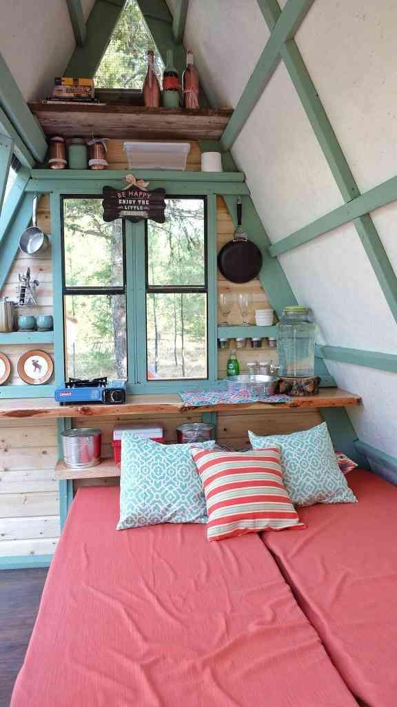 interior do chalé de madeira com cama