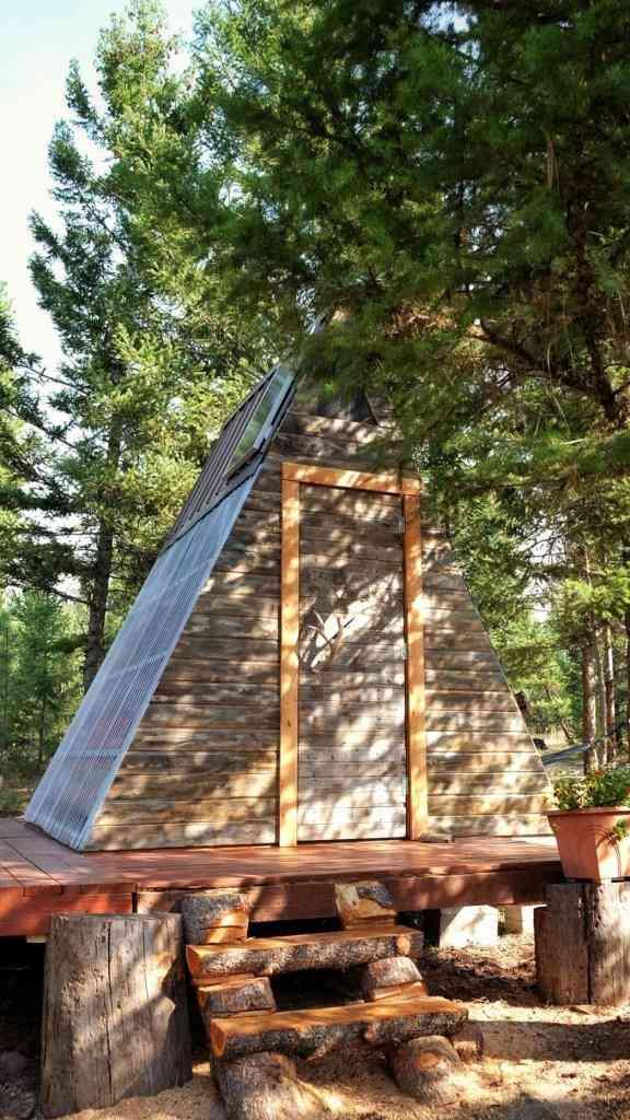 escada de troncos mortos no chalé de madeira barato