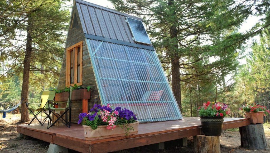 chalé de madeira barato sobre blocos de concreto com painel solar