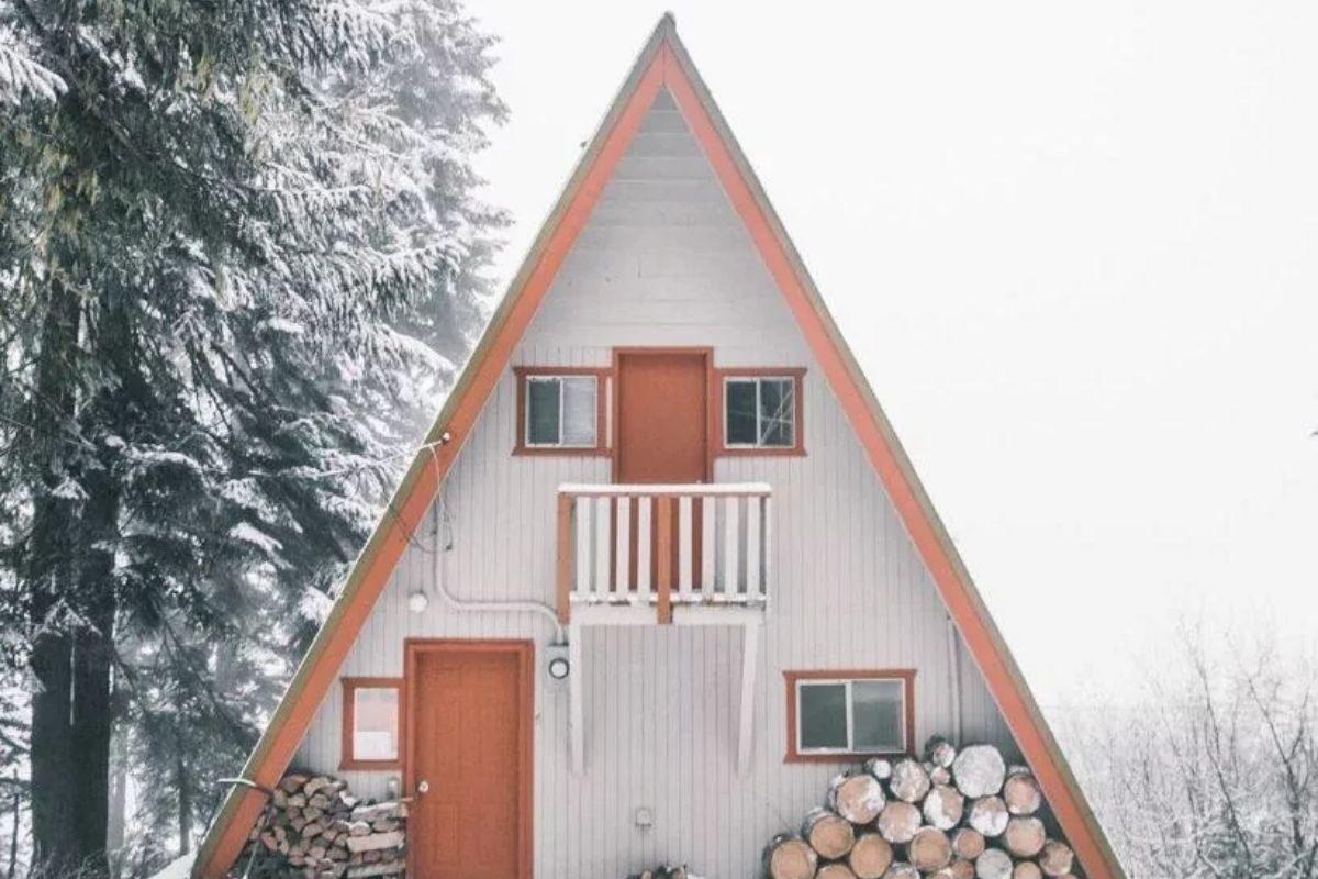 chalé suíço branco na neve