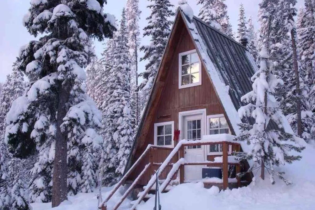 chalé suíço pequeno na neve