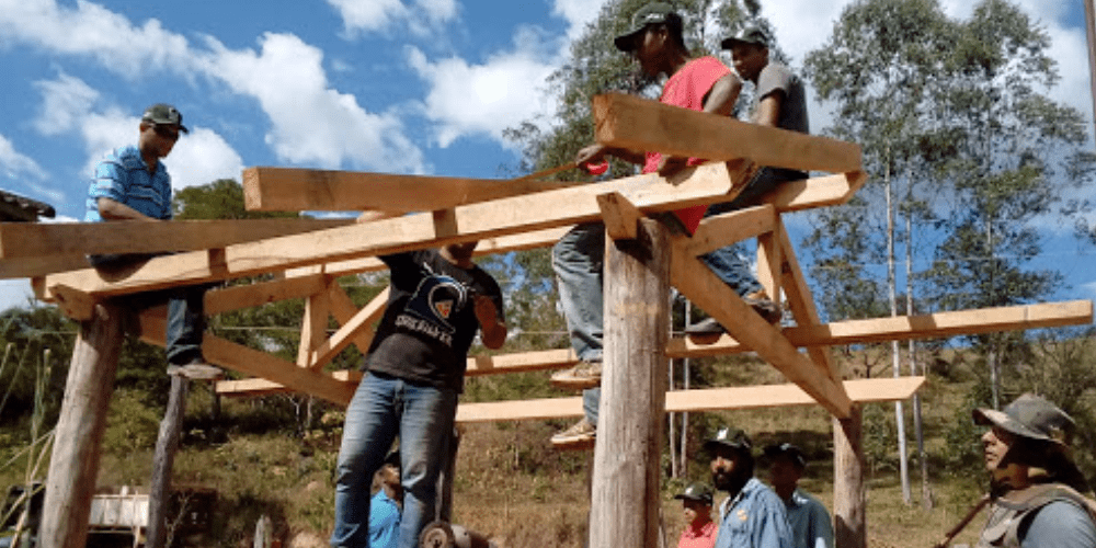 foto de carpinteiro montando telhado de madeira