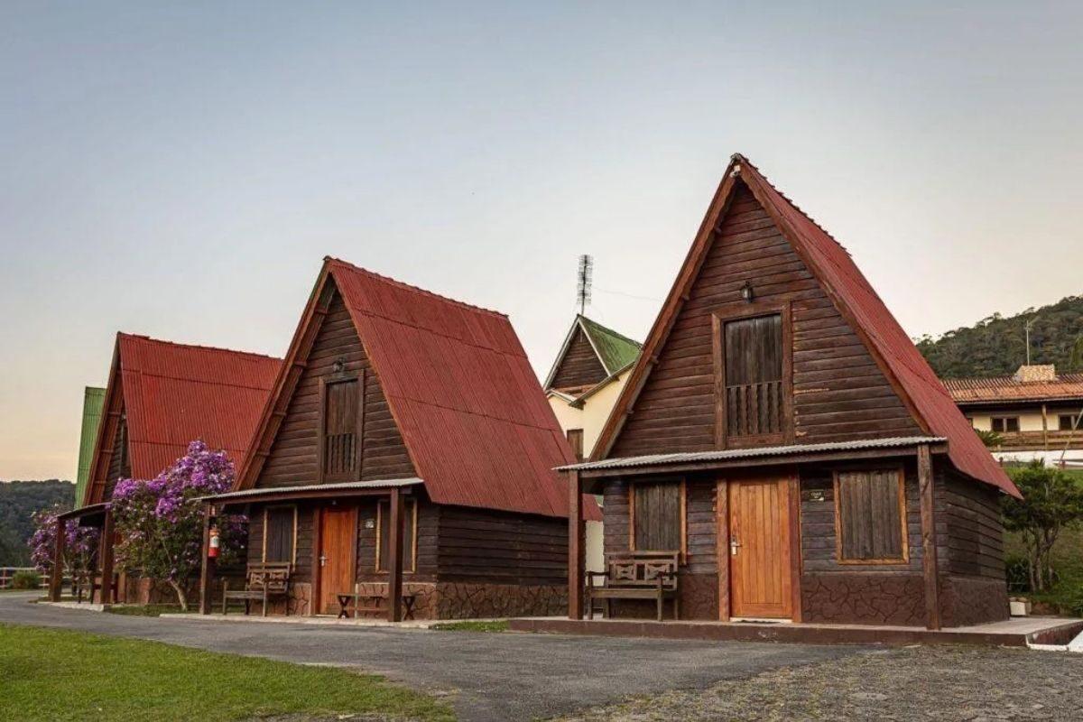 chalé de madeira nas montanhas