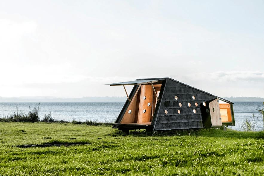 foto de chalé/abrigo em madeira na dinamarca em frente ao mar