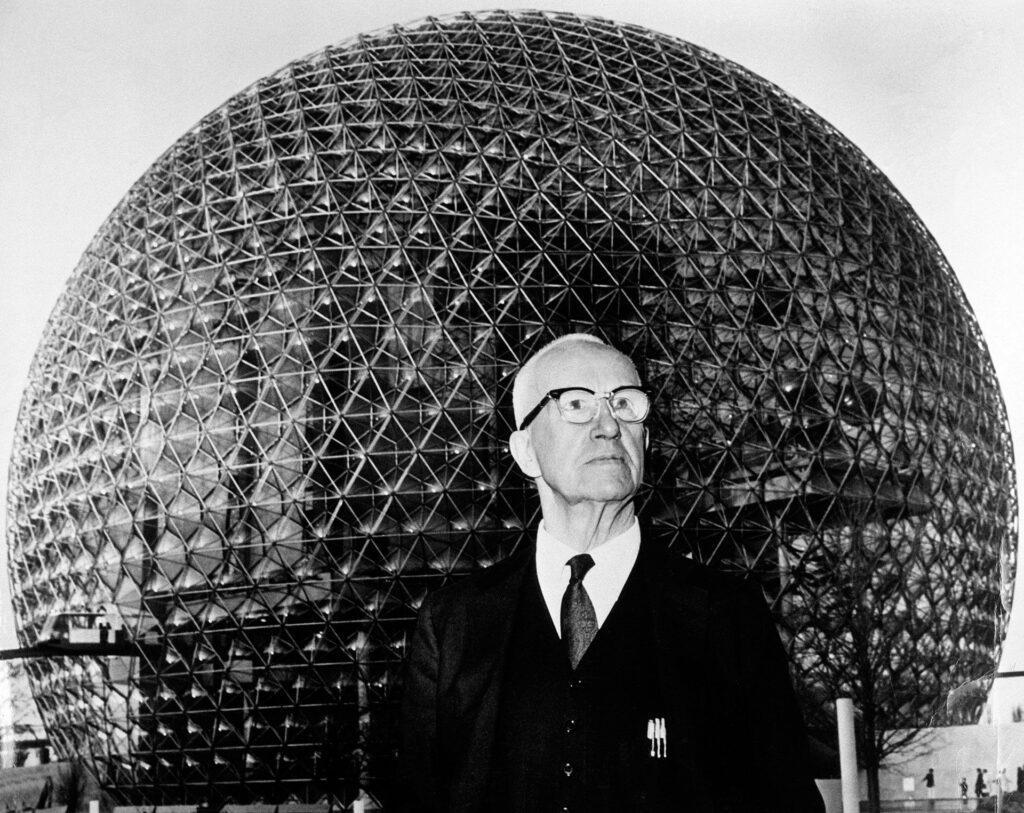 foto de R. Buckminster Fuller à frente de um domo geodésico metálico