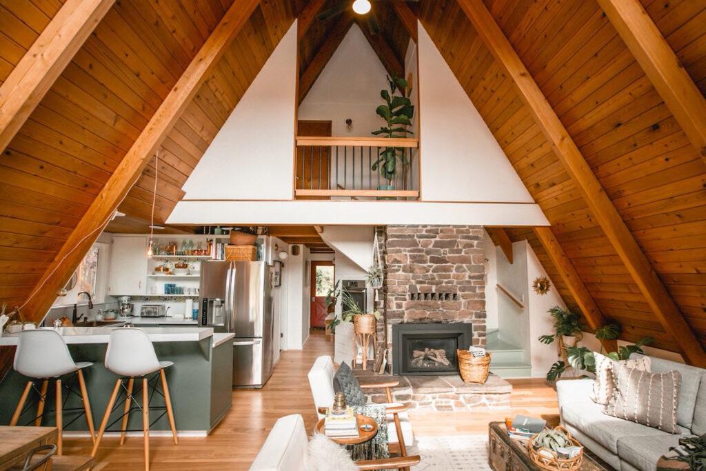 interior mescla elementos tradicionais como a madeira exposta com linhas retas modernas.