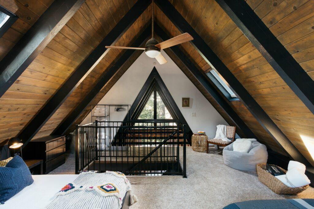 interior moderno com vigas pretas, paredes brancas a madeira com tratamento escuro (estilo óleo queimado).