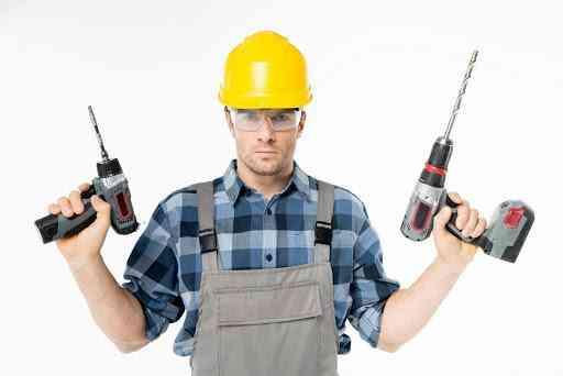 foto de homem utilizando todos os EPIs necessários para manusear furadeiras elétricas