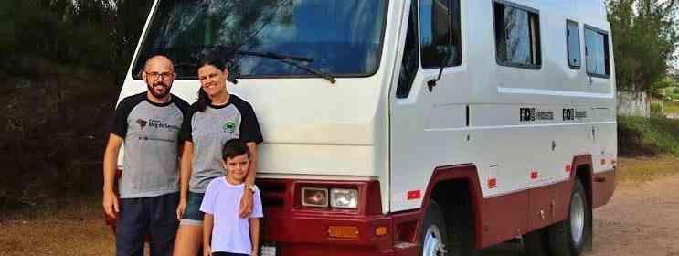 motorhome da família vivendo na estrada