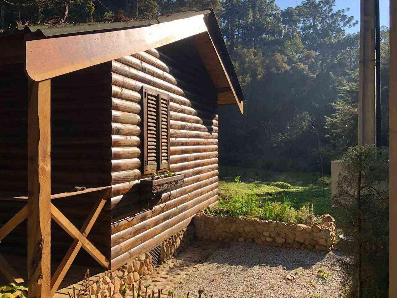cabana de toras nas montanhas de campos do jordão Brasil