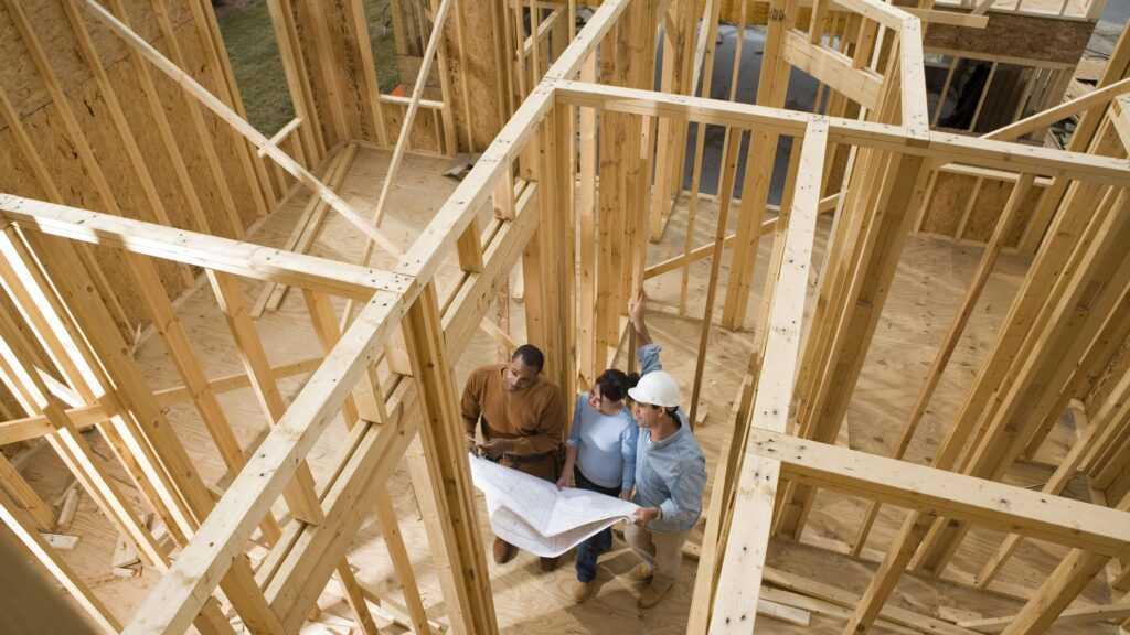 foto mostrando construção de madeira e pessoas perguntando: casa de madeira pega fogo?