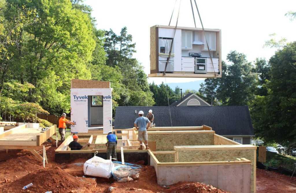 foto de casa pré-fabricada sendo montada no canteiro de obras
