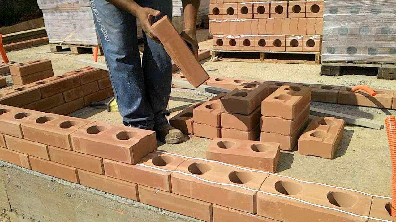 casas pré-fabricadas em tijolo ecológico sendo montadas