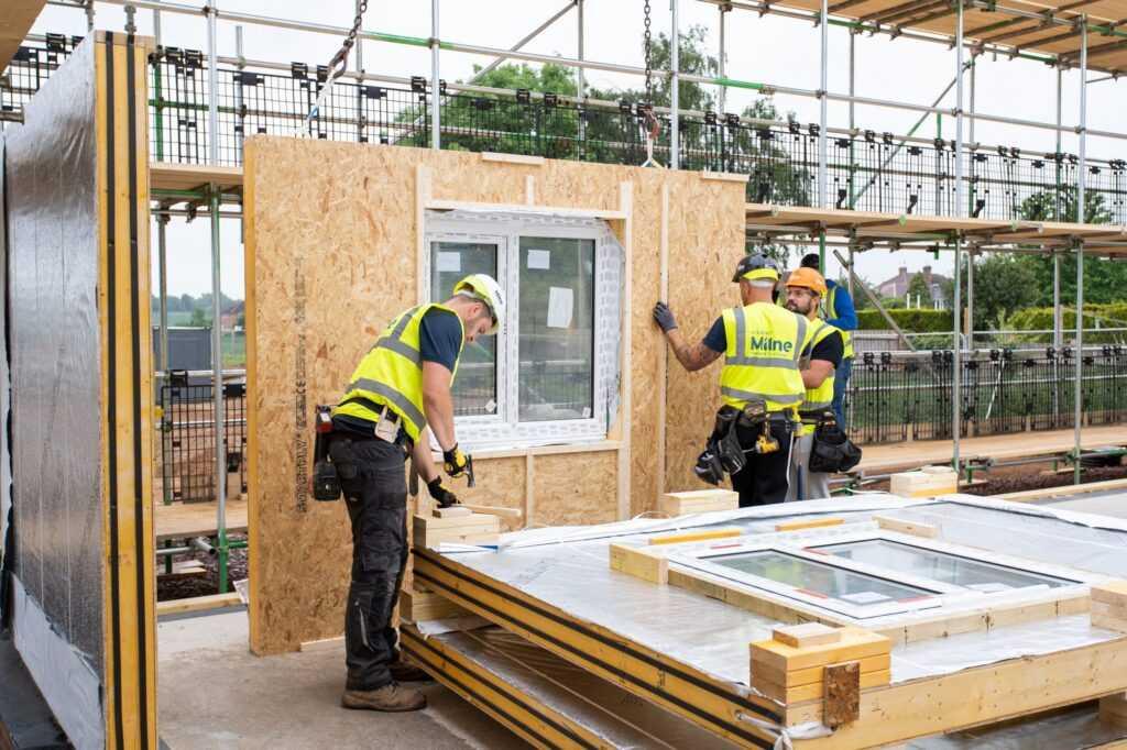 foto de casa pré-fabricada em timber frame durante montagem