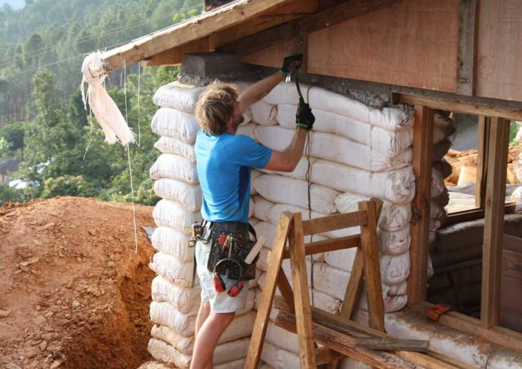aplicação do telhado sobre superadobe em bioconstrução