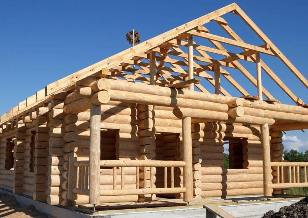 bioconstrução feita com toras de madeira