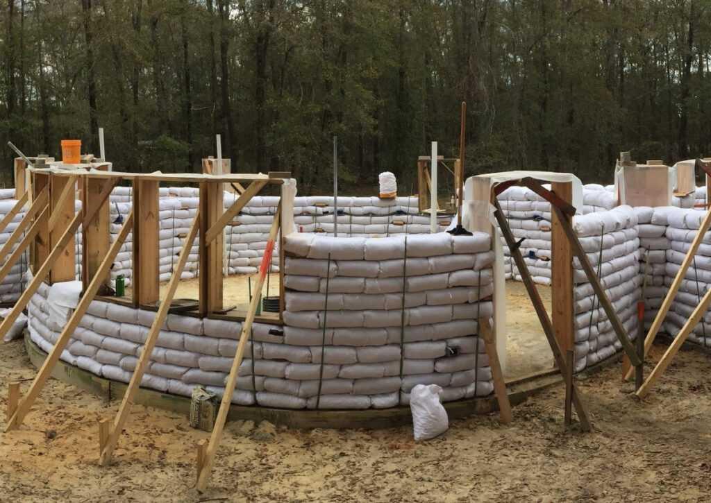 bioconstrução sendo erguida com paredes de superadobe