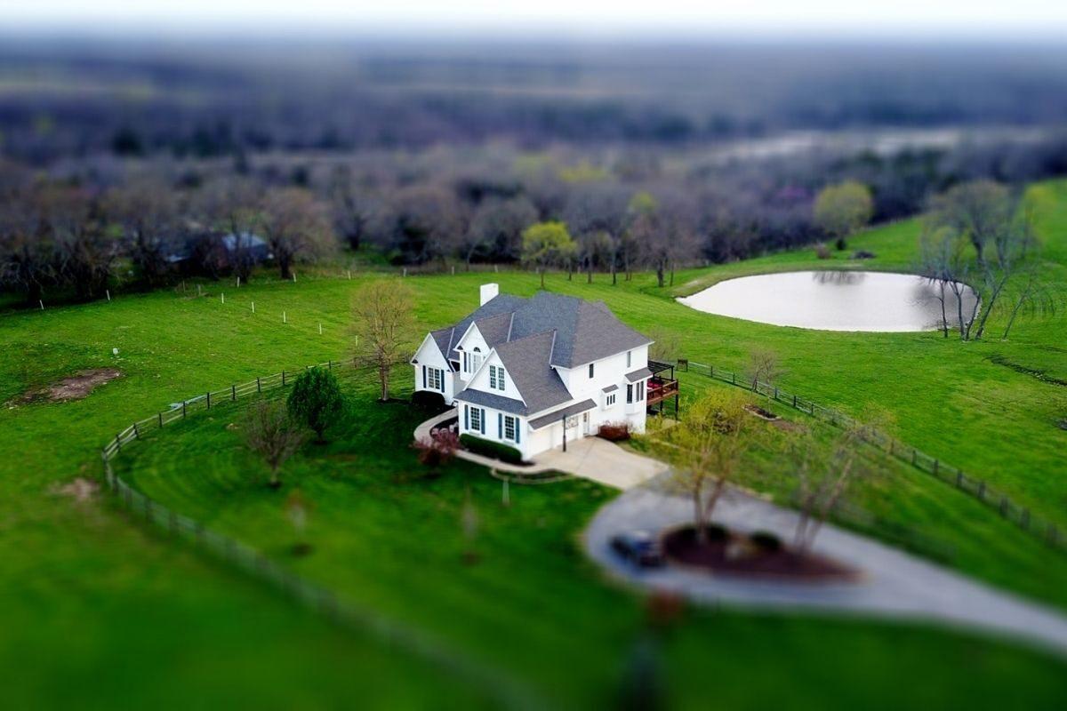 casa de campo timber frame no meio do verde