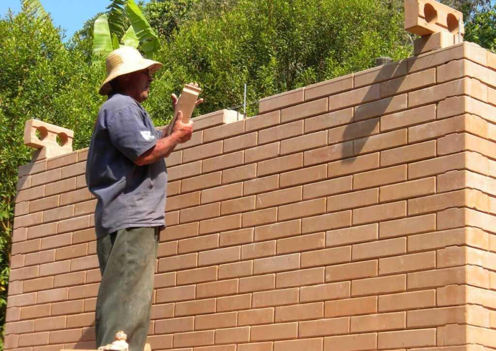 parede de tijolo ecológico em bioconstrução