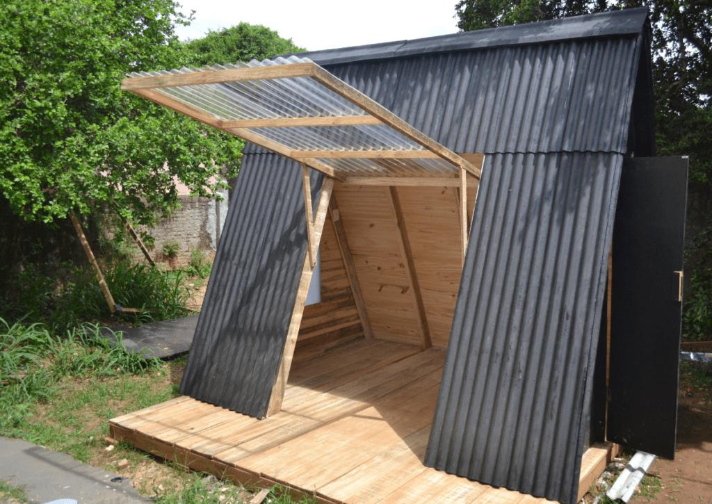 portal lateral do chalé de madeira aberta