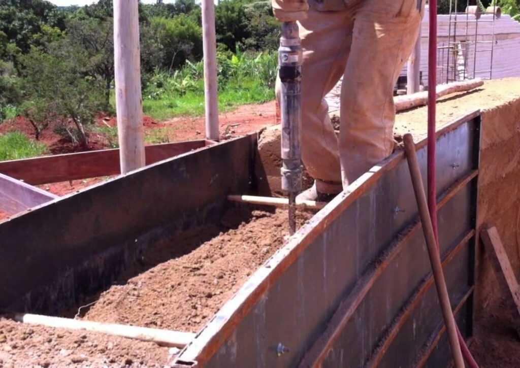 taipa de pilão sendo aplicada em bioconstrução