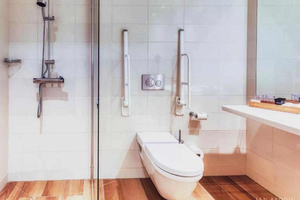 construção de madeira banheiro