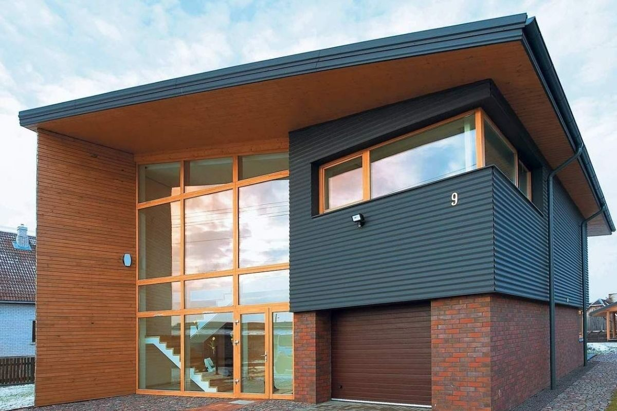 casa mista com grande fachada de vidro
