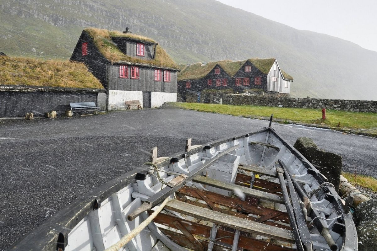casa de madeira antiga Kirkjubøargarður foto 2
