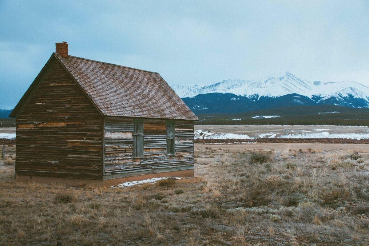casa de madeira rústica abandonada