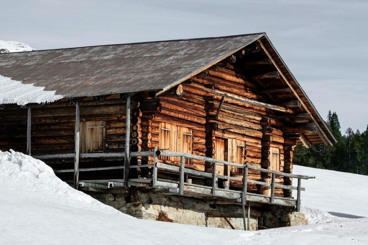 casa de madeira rústica na neve