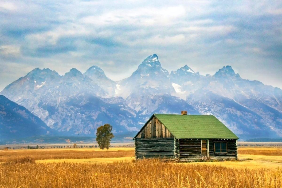 casa de madeira rústica no campo