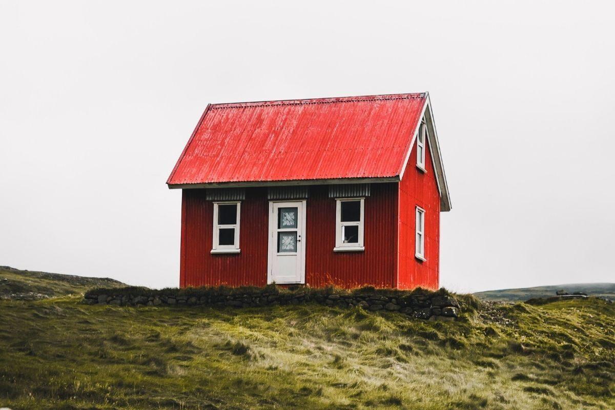 casa pequena de madeira no campo