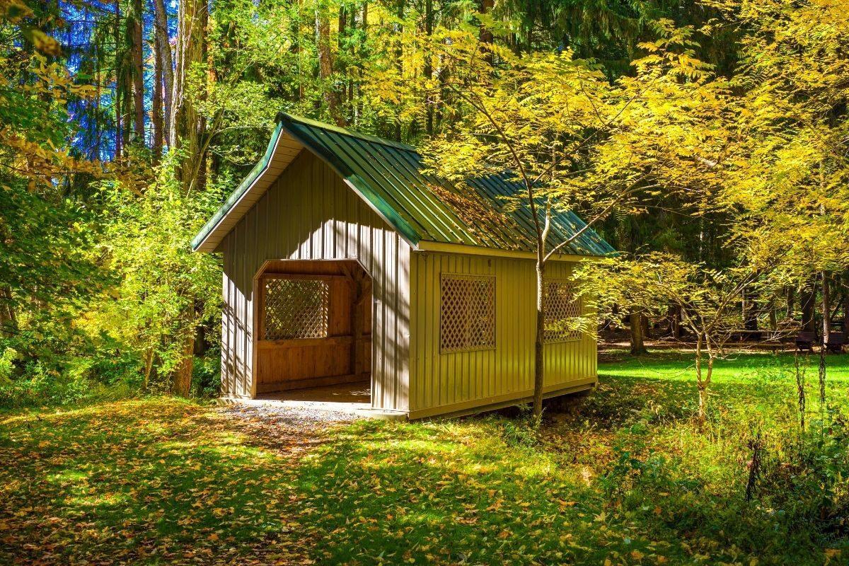 casa pequena de madeira no sítio
