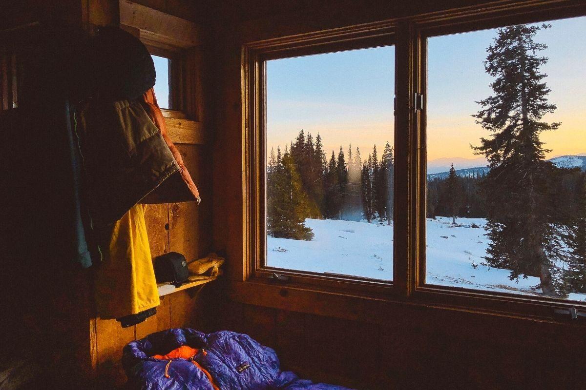 quarto de uma casa de madeira rústica