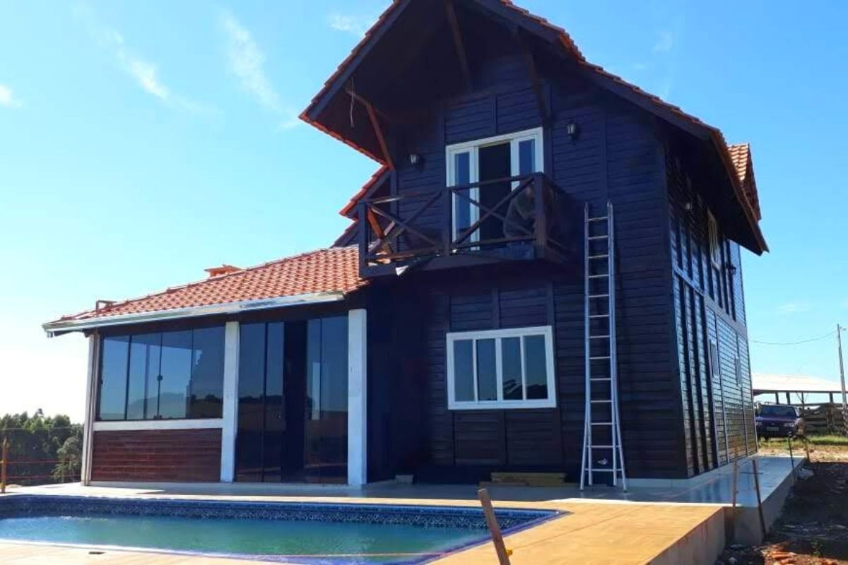 sobrado de madeira com piscina