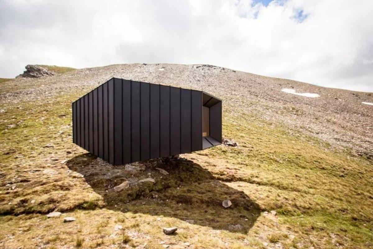 cabana de madeira octaedro black body mountain shelter foto 3