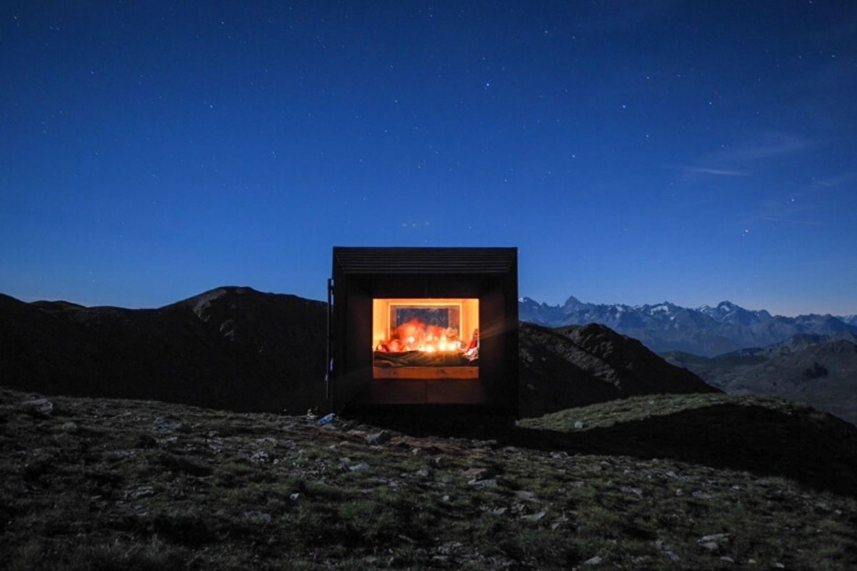 cabana de madeira octaedro black body mountain shelter foto 6