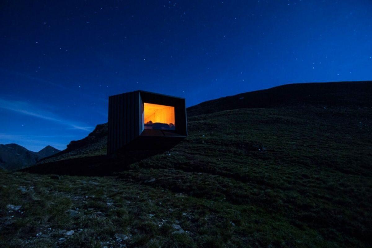 cabana de madeira octaedro black body mountain shelter foto 8