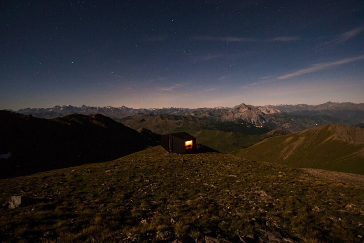 cabana de madeira octaedro black body mountain shelter foto 9