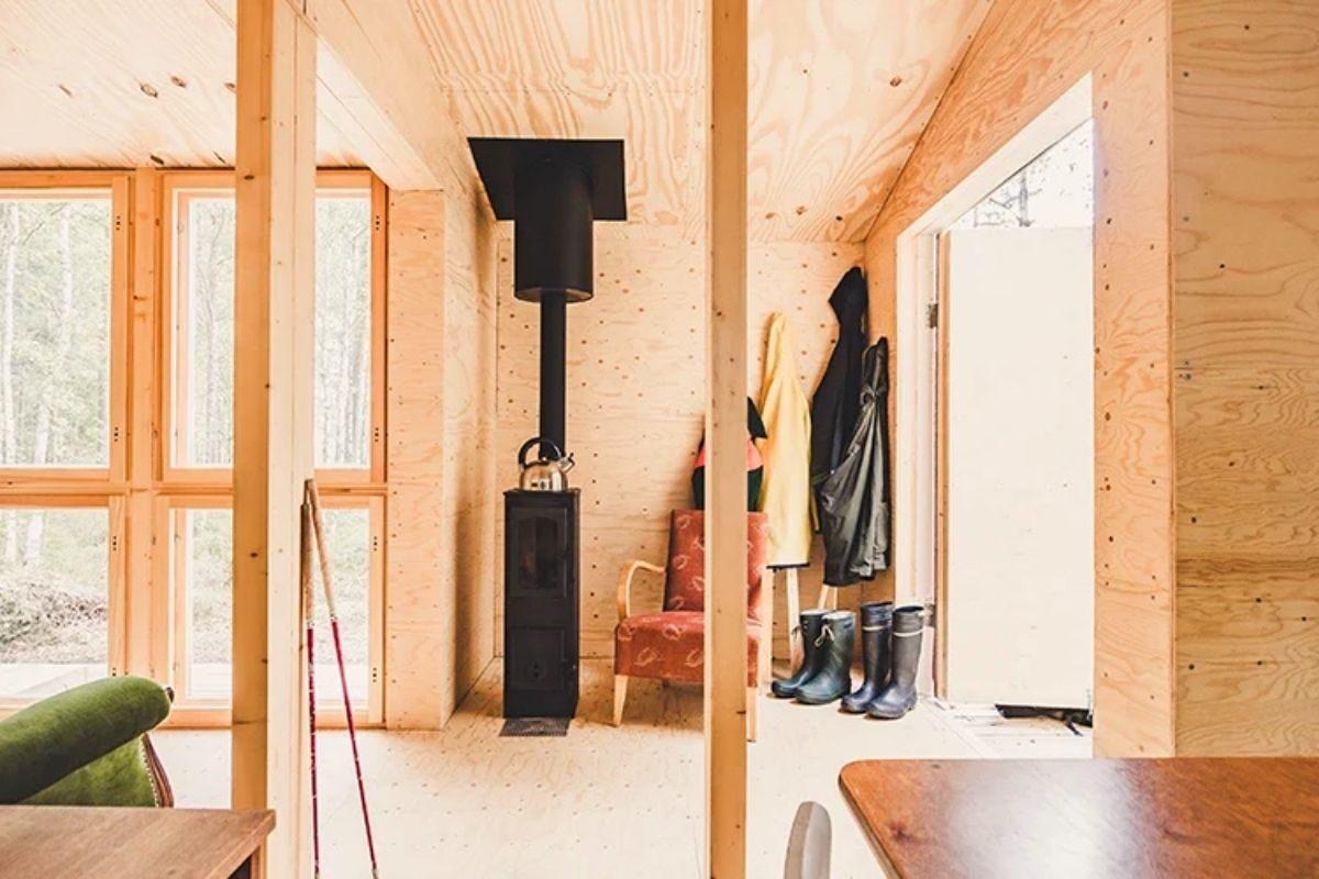casa de madeira simples interior aconchegante politaire foto 3