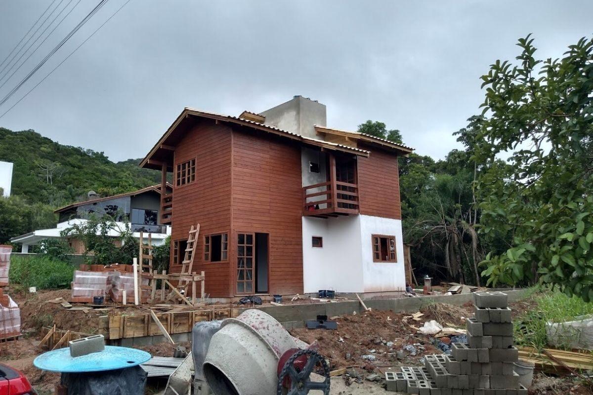 casas de madeira e alvenaria em construção
