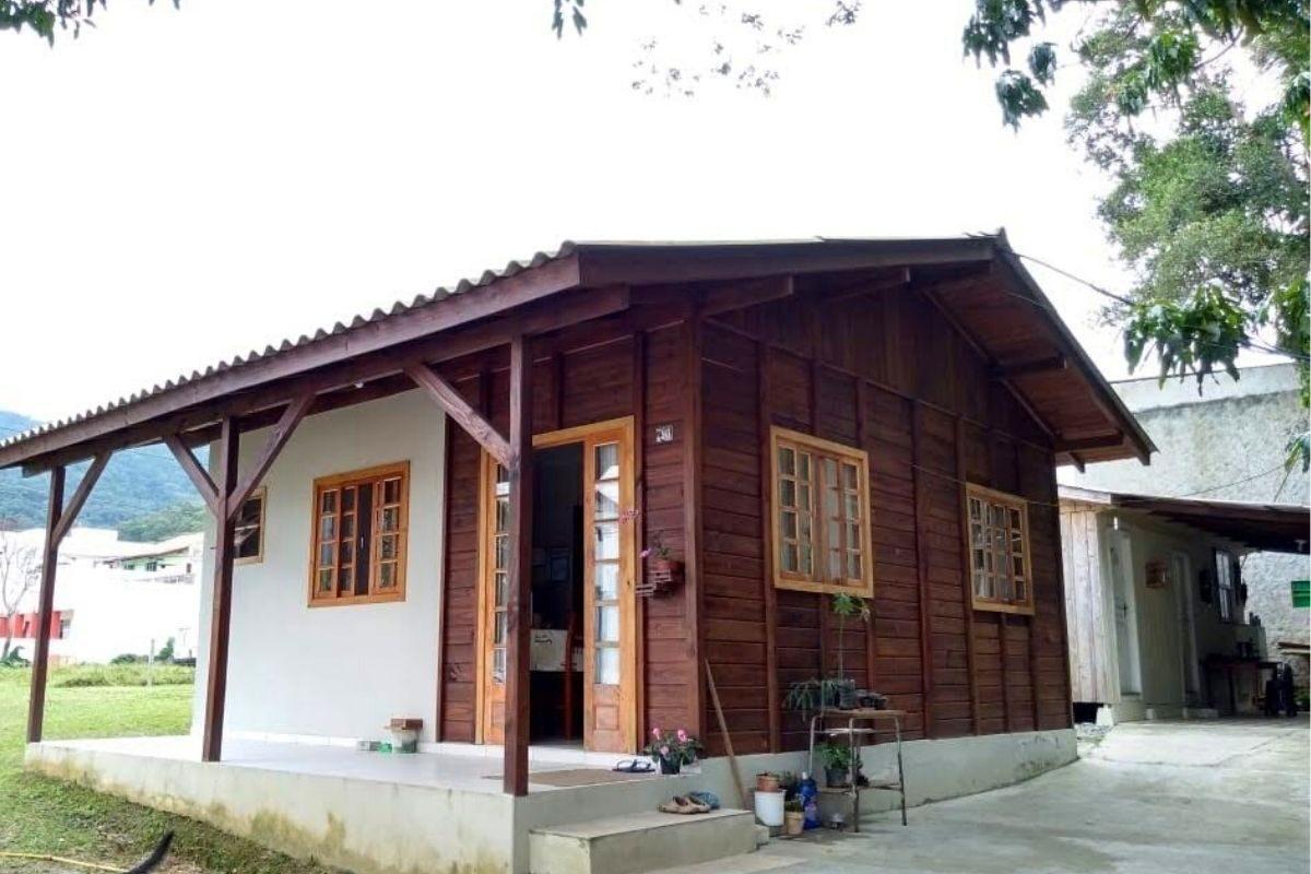 casas de madeira e alvenaria pequenas