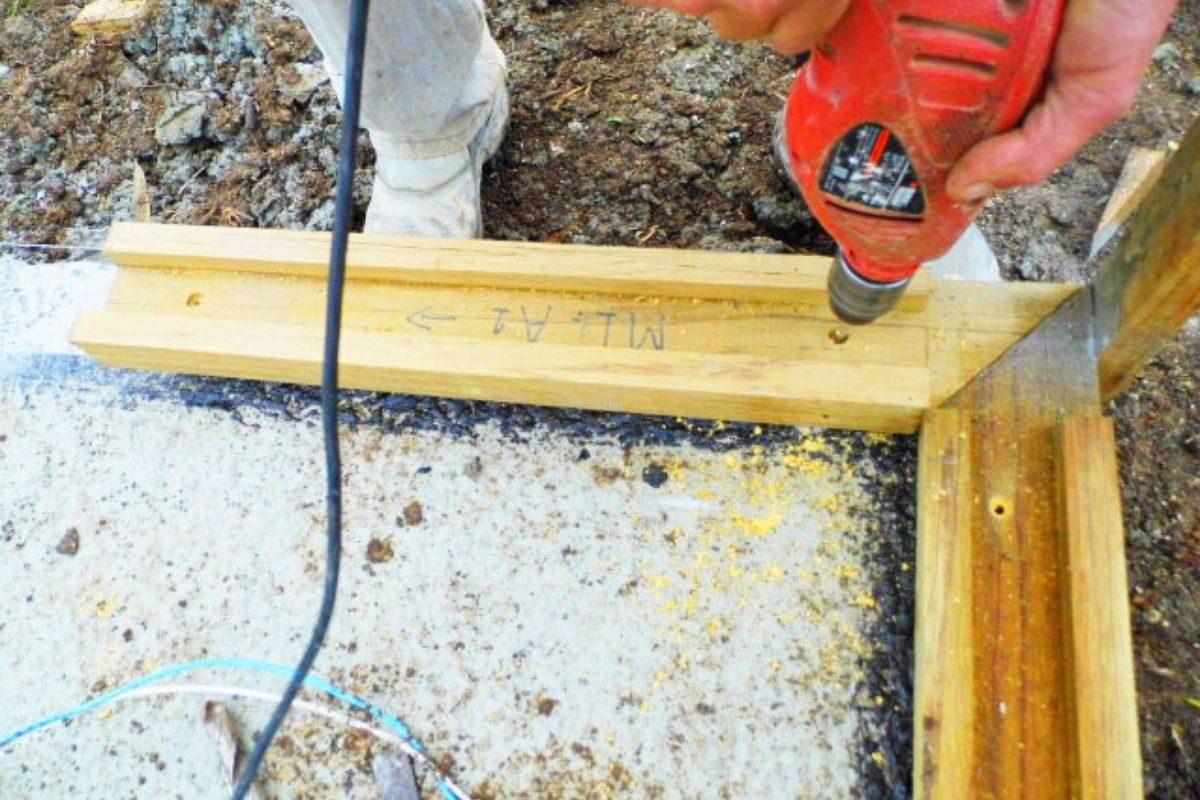 sistema de encaixe de madeira casa pré-fabricada fixação na fundação