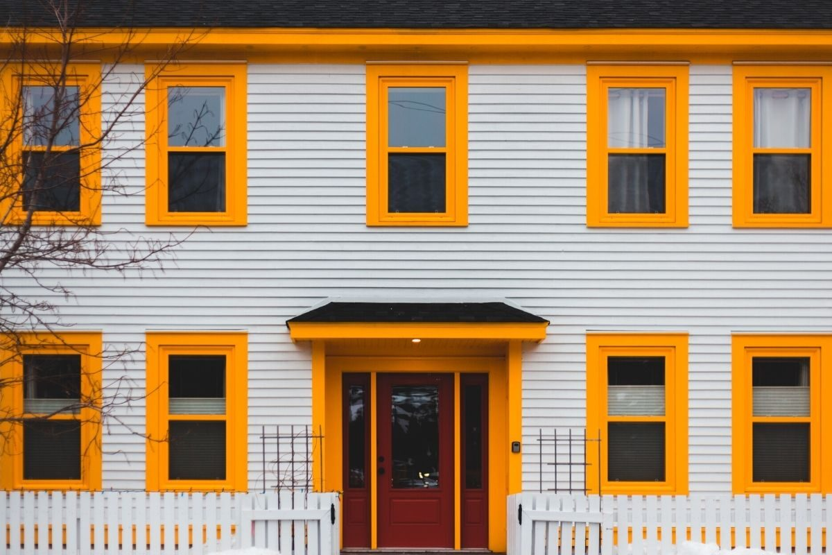 casa de madeira pintada de branco