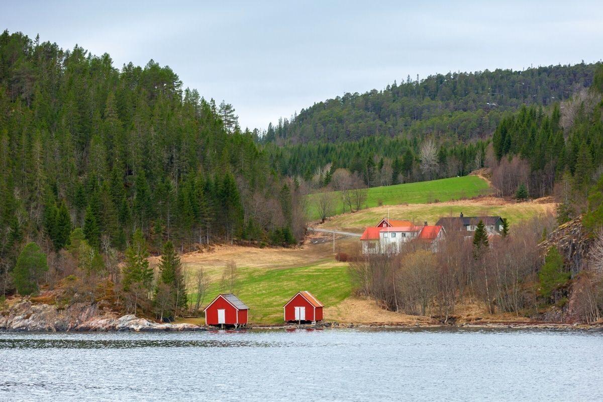 casa de madeira pintada de vermelho
