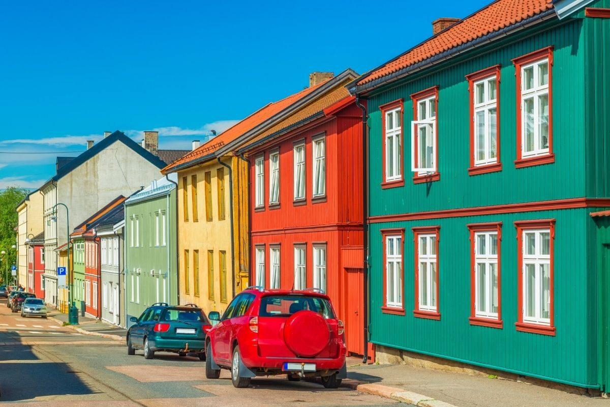 casa de madeira pintada em cores contrastantes